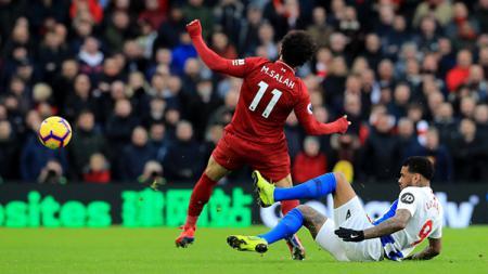 Mohamed Salah ditekel dari belakang oleh pemain tuan rumah - INDOSPORT