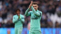 Indosport - Aaron Ramsey ucapkan terima kasih kepada suporter dengan isyarat menepuk tangan
