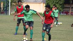 Indosport - Pemain Persebaya latihan dengan Persebaya U-19 di Lapangan Polda Jatim