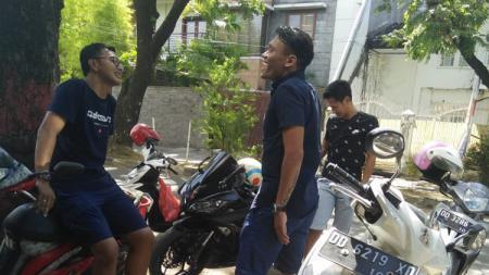 Yandi Sofyan datang didampingi kakaknya Zainal Arief - INDOSPORT