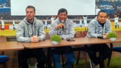 Indosport - Komisaris PT PBB, Kuswara S Taryono (tengah) didampingi pelatih Persib, Miljan Radovic (kiri) di Graha Persib.