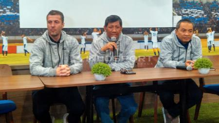 Komisaris PT PBB, Kuswara S Taryono (tengah) didampingi pelatih Persib, Miljan Radovic (kiri) di Graha Persib. - INDOSPORT
