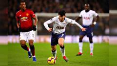 Indosport - Son Heung Min tanpa kawalan menggiring bola