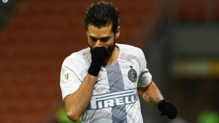 Bek sayap Inter Milan, Antonio Candreva mengungkapkan rasa terima kasihnya kepada para petugas medis yang bekerja saat virus corona menyerang Italia. - INDOSPORT