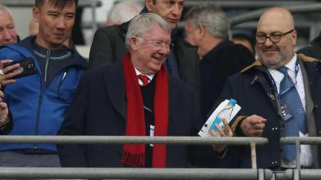 Mantan Pelatih Manchester United, Sir Alex Ferguson tersenyum dalam laga kontra Tottenham Hotspur, Senin (14/01/19) - INDOSPORT