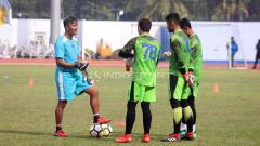 Indosport - Gatot Prasetyo (kiri) saat melatih tiga kiper Persib Bandung.