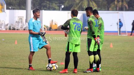 Gatot Prasetyo (kiri) saat melatih tiga kiper Persib Bandung. - INDOSPORT