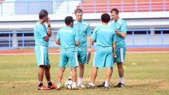Indosport - Staff dan Pelatih Persib Bandung, Miljan Radovic (tengah).