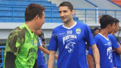 Indosport - Srdan Lopicic (tengah) yang juga pernah memperkuat Persib kini menjabat sebagai asisten pelatih di Borneo FC.