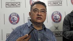Indosport - Rachmat Latief disambut Wellcome oleh Aremania pada latihan perdana timGeneral Manager Arema, Ruddy Widodo
