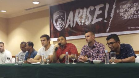 Eero Markkanen dan Aaron Evans dalam jumpa pers bersama PSM Makassar - INDOSPORT