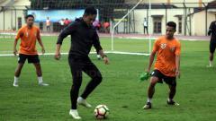 Indosport - Seto Nurdiantoro menunjukan skil di sisi latihan PSS Sleman