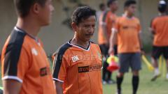 Indosport - Djadjang Nurdjaman memperhatikan anak didiknya latihan di Lapangan Polda Jatim. Senin (14/1/19).
