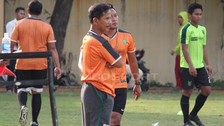 Djadjang Nurdjaman dan pelatih fisik Rudy Eka Priyambada. Saat memimpin latihan Persebaya. Senin (14/1/19). - INDOSPORT