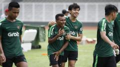 Indosport - PSS Sleman resmi mendapatkan gelandang Timnas Indonesia U-23, M Luthfi Kamal Baharsyah (kedua kanan).