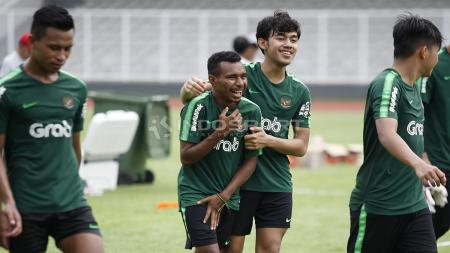 PSS Sleman resmi mendapatkan gelandang Timnas Indonesia U-23, M Luthfi Kamal Baharsyah (kedua kanan). - INDOSPORT