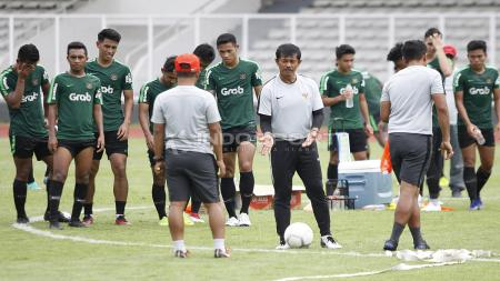 Pelatih Indra Sjafri (tengah) sedang memberikan arahan di sela-sela latihan. - INDOSPORT