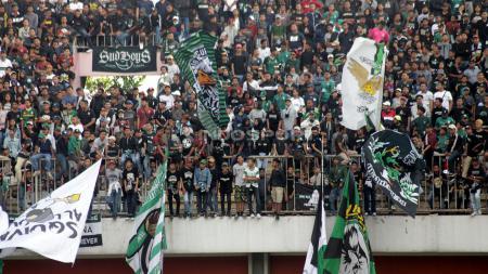 Sejumlah suporter PSS Sleman, Brigata Curva Sud (BCS) membentangkan giant flag. - INDOSPORT
