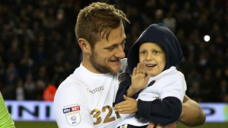 Liam Cooper dan Fan Leeds United - INDOSPORT