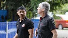 Indosport - Pelatih anyar Persija Jakarta, Ivan Kolev (tengah) saat berdiskusi dengan manajer Ardhi Tjahjoko.