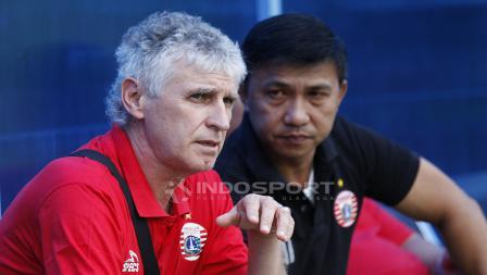 Pelatih anyar Persija Jakarta, Ivan Kolev saat memantau latihan tim di lapangan PS AU, TNI AU, Halim.
