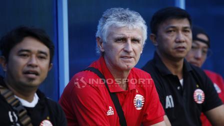 Pelatih anyar Persija Jakarta, Ivan Kolev belum memimpin latihan secara langsung. Ia hanya memantau dari pinggir lapangan.