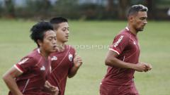 Indosport - Pemain baru Persija Jakarta, Bruno Matos (kanan) saat melakukan jogging dalam latihan.