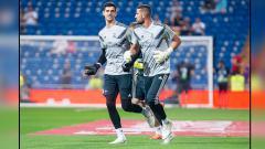 Indosport - Thibaut Courtois (kiri) dan Kiko Casilla, 2 kiper Real Madrid saat sedang berlatih.