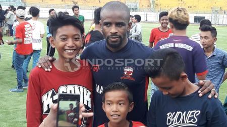 Greg Nwokolo menjadi rebutan fans MU untuk berfoto. - INDOSPORT