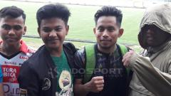Indosport - Andik Vermansah foto bersama Bonek dan K-Conk Mania