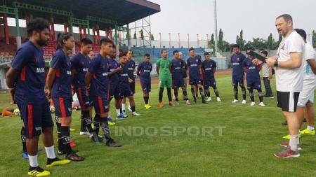 Dejan Antonic memimpin latihan bersama penggawa Madura United. - INDOSPORT