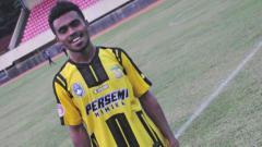 Indosport - Yakob Sayuri, bintang sepak bola muda asal Papua.