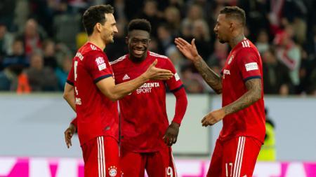 Mats Hummels, Alphonso Davies, dan Jerome Boateng selebrasi kemenangan Bayern Munchen. - INDOSPORT