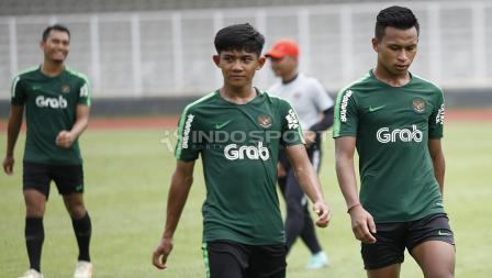 Firza Andika dan Osvaldo Haay jalan bersama usai latihan.