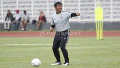 Indosport - Gaya pelatih Indra Sjafri saat memberikan arahan kepada para pemainnya.