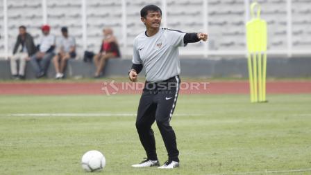 Gaya pelatih Indra Sjafri saat memberikan arahan kepada para pemainnya.