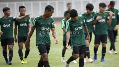 Indosport - Rifal Lastori dan Beni Oktaviansyah (tengah) berdiskusi usai melakukan latihan di Timnas Indonesia U-22.