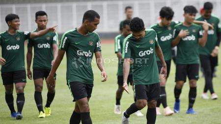Rifal Lastori dan Beni Oktaviansyah (tengah) berdiskusi usai melakukan latihan di Timnas Indonesia U-22. - INDOSPORT