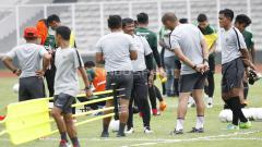 Indosport - Pelatih Indra Sjafri berdiskusi dengan para asistennya di sela-sela latihan.