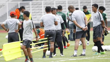 Pelatih Indra Sjafri berdiskusi dengan para asistennya di sela-sela latihan.