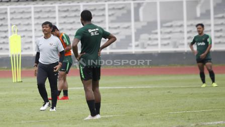 Pelatih Indra Sjafri memberikan arahan kepada pemainnya di dalam latihan.