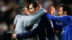 Indosport - Jose Mourinho dan Petr Cech saat masih berada di Chelsea.