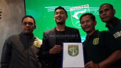 Indosport - Hansamu Yama Pranata berfoto dengan manajer, pelatih, sekretaris Persebaya dan Ruben Sanadi. Rabu (16/1/19).