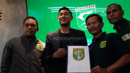 Hansamu Yama Pranata berfoto dengan manajer, pelatih, sekretaris Persebaya dan Ruben Sanadi. Rabu (16/1/19). - INDOSPORT