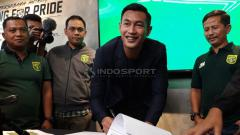 Indosport - Hansamu Yama Pranata menandatangani kontrak Persebaya. Rabu (16/1/19).
