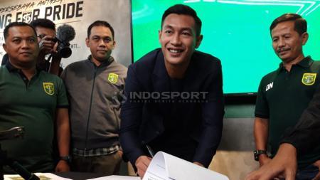 Hansamu Yama Pranata menandatangani kontrak Persebaya. Rabu (16/1/19). - INDOSPORT