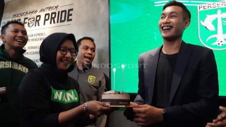 Hansamu Yama Pranata mendapatkan kejutan kue ulang tahun, setelah tanda tangan kontrak. Rabu (16/1/19). - INDOSPORT