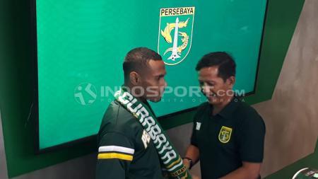 Ruben Sandi dikalungi syal Persabaya oleh Djadjang Nurdjaman, sekaligus menandai dia sebagai kapten baru. - INDOSPORT