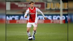 Indosport - Frenkie De Jong, gelandang serang muda milik Ajax Amsterdam yang resmi dibeli oleh Barcelona
