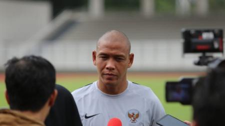 Asisten Pelatih Timnas Indonesia U-22 Nova Arianto saat dimintai keterangan oleh wartawan. - INDOSPORT